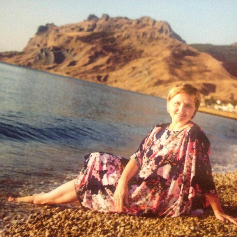девушка на пляже в Коктебеле после йоги