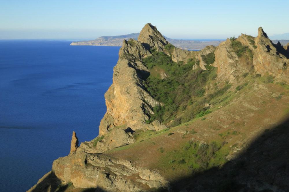 Одна из Крымских гор на фоне моря