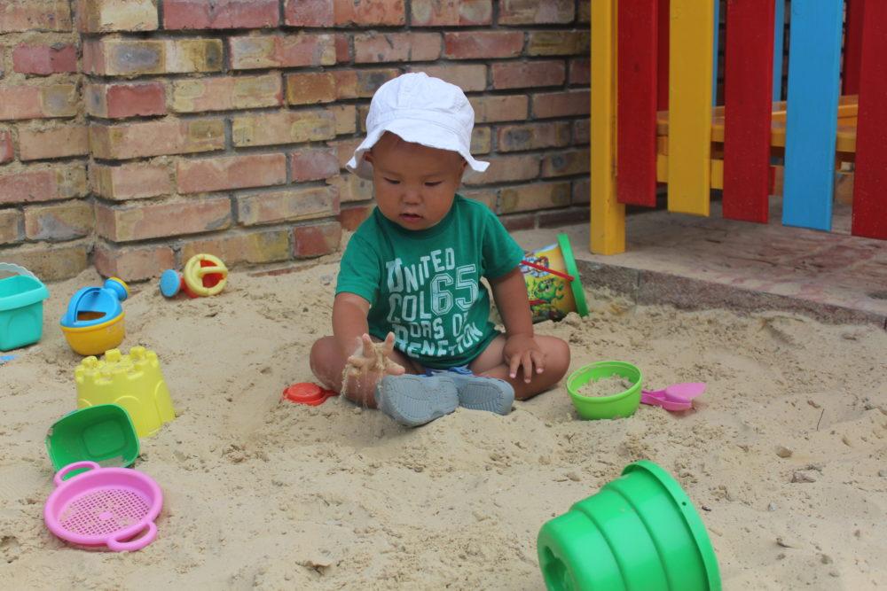 """ребенок в песочнице в отеле """"Вилла Блюз"""""""