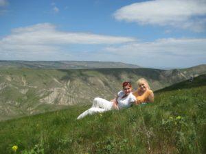 девушки отдыхают весной в горах