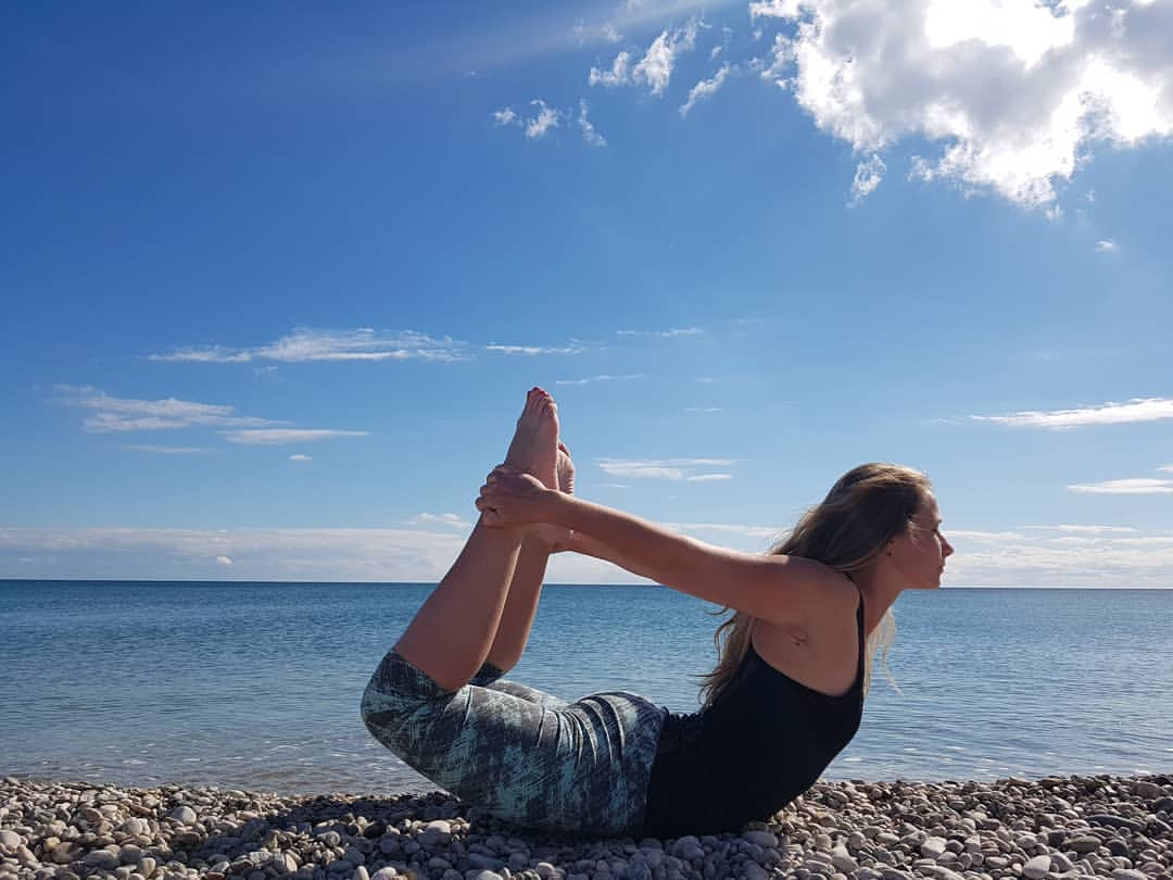девушка занимается духовными практиками в Крыму