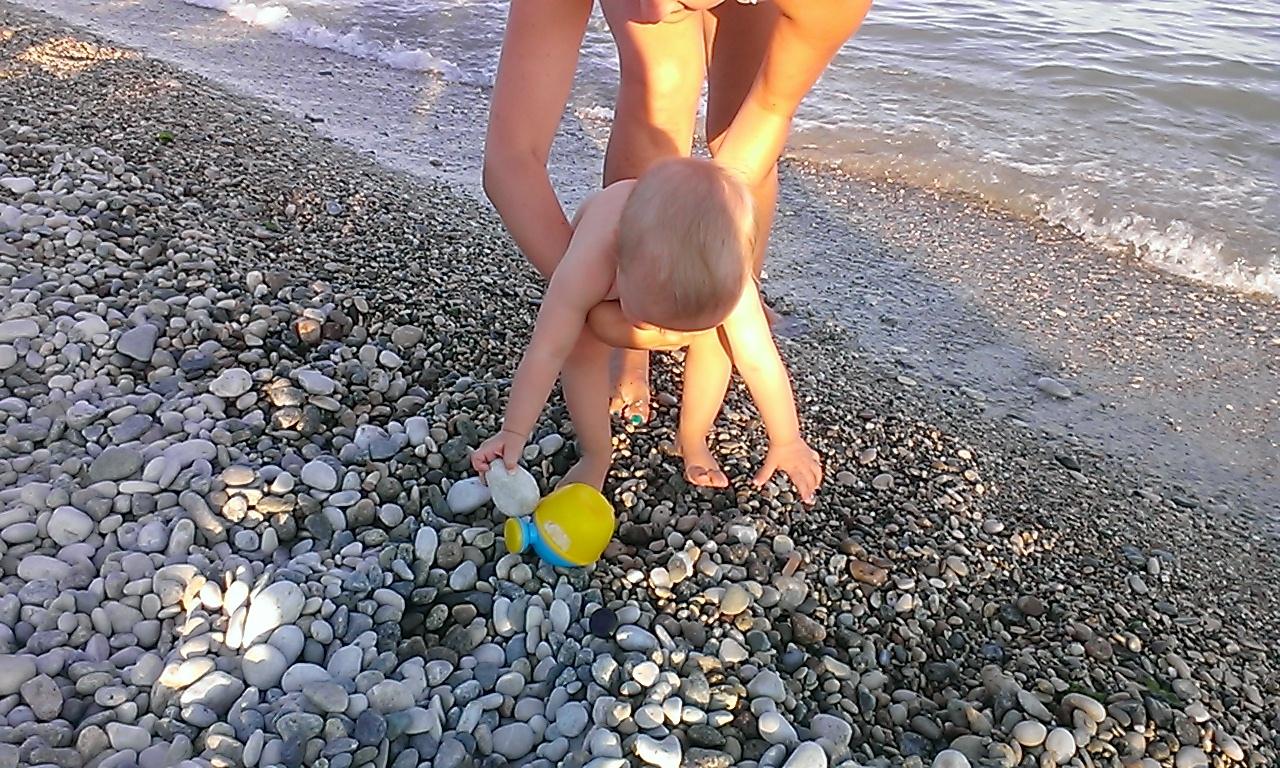 фото с пляжа в Коктебеле, на котором ест ьвсе условия, чтобы отдыхать с детьми